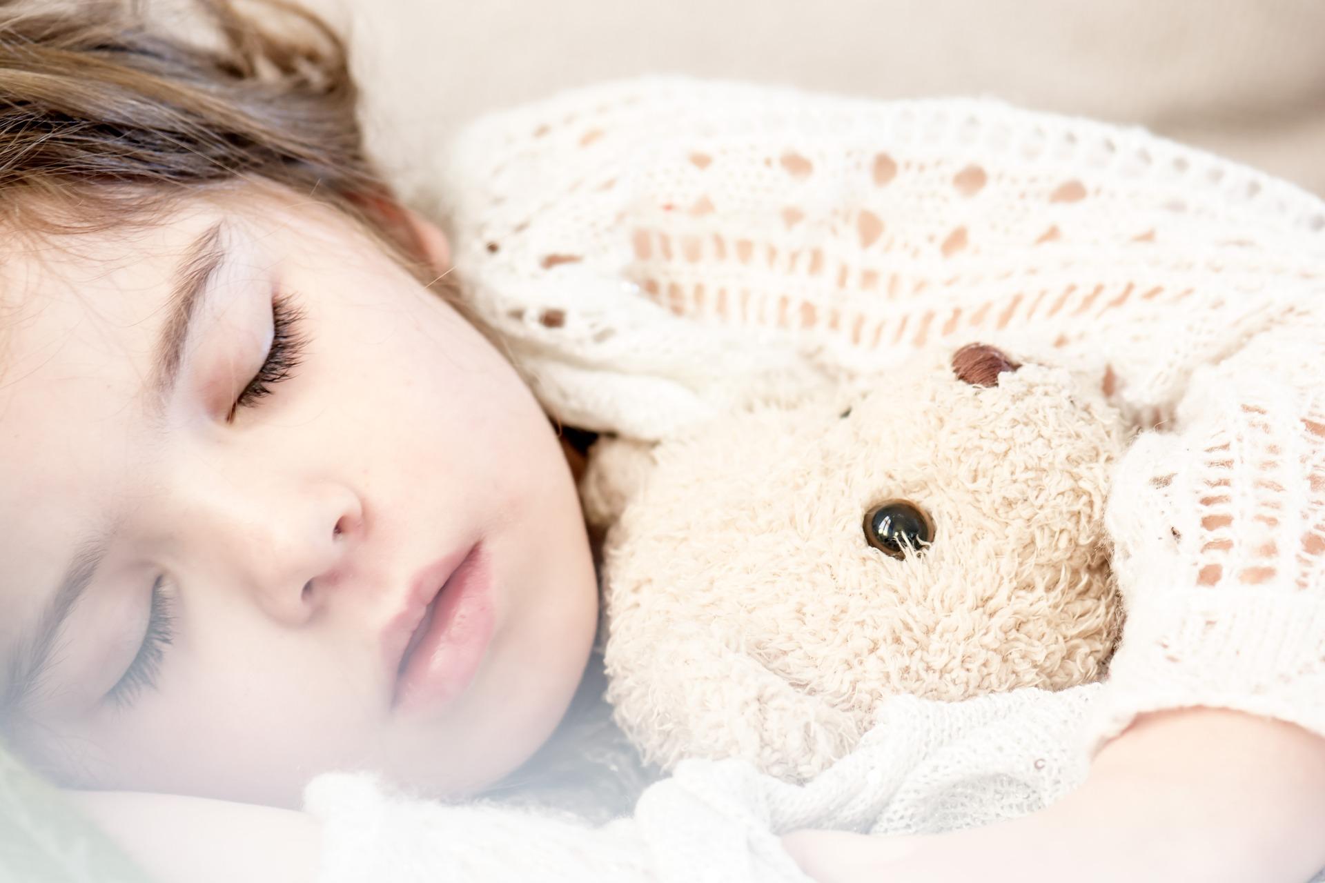 Enfant qui ne se couche pas le soir. Enfant qui étire l'heure du dodo, crise. 2 ans. 3 ans.